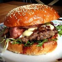 Das Foto wurde bei Dish – Fine Burger Bistro von Dragan am 5/18/2013 aufgenommen