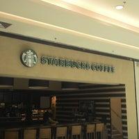 Das Foto wurde bei Starbucks von Victor T. am 10/19/2013 aufgenommen
