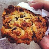 Foto tomada en Levain Bakery por Sam G. el 9/30/2012