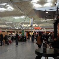 Foto tirada no(a) London Stansted Airport (STN) por Maria V. em 4/3/2013