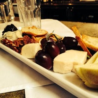 Das Foto wurde bei Los Olivos Wine Merchant Cafe von Pepe L. am 5/6/2014 aufgenommen