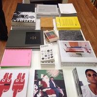 Foto tirada no(a) Mast Books por Jennifer D. em 11/13/2014