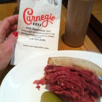 Photo prise au Carnegie Deli par Michelle C. le12/11/2012