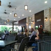 Das Foto wurde bei De Pauh Garden Restaurant & Cafe von Dyana L. am 9/20/2012 aufgenommen