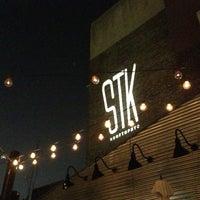 Photo prise au STK Rooftop par Dimi B. le9/12/2013