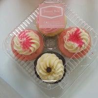 6/15/2013 tarihinde Soku M.ziyaretçi tarafından Sweet Box Cupcakes & Bake Shop'de çekilen fotoğraf