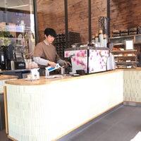 รูปภาพถ่ายที่ Allpress Espresso Tokyo Roastery & Cafe โดย Mone P. เมื่อ 3/31/2018