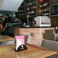 Foto diambil di Café Kairós oleh Maxine G. pada 1/5/2016