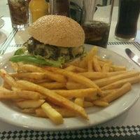 Foto tirada no(a) Cadilac American Burger por Gilmar S. em 9/29/2012