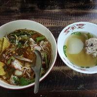8/30/2013 tarihinde jum j.ziyaretçi tarafından ก๋วยเตี๋ยวแซงโค้ง'de çekilen fotoğraf