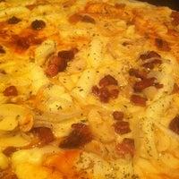 Foto tirada no(a) Queen Pizza por Rodrigo M. em 1/2/2013