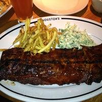 Das Foto wurde bei Houston's Restaurant von H G. am 5/9/2013 aufgenommen