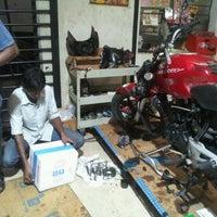 Foto tomada en Auto Service por Punnya C. el 12/29/2012