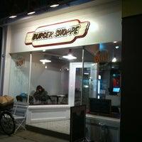11/15/2012 tarihinde Agnes L.ziyaretçi tarafından Burger Shoppe'de çekilen fotoğraf