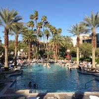 รูปภาพถ่ายที่ MGM Grand Pool โดย Michael S. เมื่อ 3/22/2013