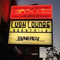รูปภาพถ่ายที่ Lush Lounge โดย Steve F. เมื่อ 6/27/2013
