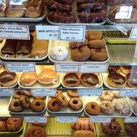 Foto tirada no(a) DK's Donuts and Bakery por Rob H. em 12/21/2012