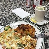 รูปภาพถ่ายที่ Squire's Diner โดย Lauren เมื่อ 6/9/2017