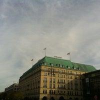 11/5/2012 tarihinde Irina M.ziyaretçi tarafından Hotel Adlon Kempinski Berlin'de çekilen fotoğraf
