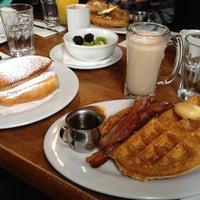 Foto diambil di Brown Sugar Kitchen oleh Miss Birdie pada 12/16/2012