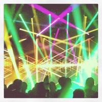 รูปภาพถ่ายที่ Stage AE โดย Zoe Z. เมื่อ 11/6/2012