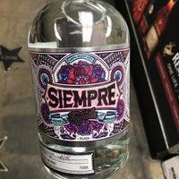 Das Foto wurde bei Emilio's Beverage Warehouse von Dre S. am 4/15/2017 aufgenommen