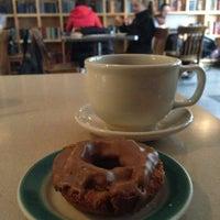 Das Foto wurde bei Top Pot Doughnuts von Kat S. am 2/12/2013 aufgenommen