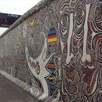 Foto tomada en East Side Gallery por Robin B. el 11/3/2012