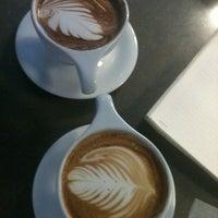 Foto tomada en Mission Coffee Co. por Kelley T. el 3/29/2013
