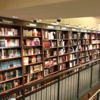Foto diambil di Barnes & Noble oleh Viviana L. pada 5/2/2013