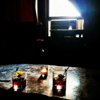 Das Foto wurde bei The Upstairs von indie l. am 7/14/2013 aufgenommen