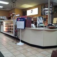 Das Foto wurde bei Dona Queen Donut & Deli von Rob C. am 1/16/2013 aufgenommen