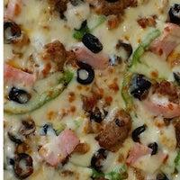 Photo prise au 3 Guys Pizza Pies par 3 Guys Pizza Pies le9/28/2015