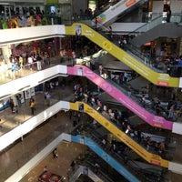 Foto tirada no(a) Millennium Mall por Ramon C. em 7/11/2013