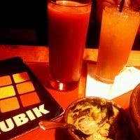 รูปภาพถ่ายที่ Rubik Restobar โดย Enrique P. เมื่อ 5/12/2013