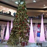Снимок сделан в Maplewood Mall пользователем Lesli R. 12/8/2012
