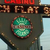 Foto diambil di Ellis Island Casino & Brewery oleh EJ C. pada 7/5/2013