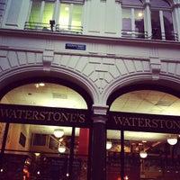 Foto tirada no(a) Waterstones por Kelly B. em 11/29/2012