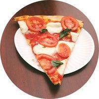 Foto scattata a Joe's Pizza da Mike S. il 4/15/2013