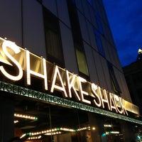 Photo prise au Shake Shack par Ivy O. le4/7/2013