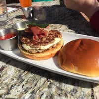 Foto scattata a Stax Burger Bar da Serge J. il 4/2/2016