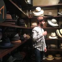 รูปภาพถ่ายที่ Goorin Bros. Hat Shop - West Village โดย Kasey T. เมื่อ 3/10/2018