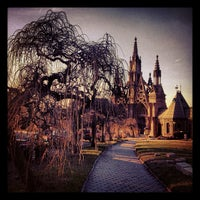 Foto tirada no(a) Green-Wood Cemetery por Mary-Majella O. em 1/11/2013