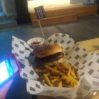 รูปภาพถ่ายที่ Burger House โดย Nikola Đ. เมื่อ 7/18/2013