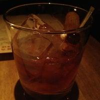 3/24/2013 tarihinde Deejziyaretçi tarafından Maude's Liquor Bar'de çekilen fotoğraf