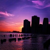 4/7/2013 tarihinde midoziyaretçi tarafından Brooklyn Bridge Park'de çekilen fotoğraf