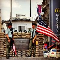 Das Foto wurde bei Checkpoint Charlie von Marcio C. am 7/19/2013 aufgenommen