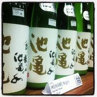 Das Foto wurde bei Adega de Sake | 酒蔵 von Alexandre Tatsuya I. am 6/2/2013 aufgenommen