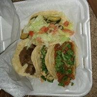 รูปภาพถ่ายที่ Junior's Tacos โดย Rebecca Z. เมื่อ 7/21/2012