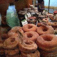 Das Foto wurde bei Top Pot Doughnuts von Aaron W. am 10/28/2012 aufgenommen